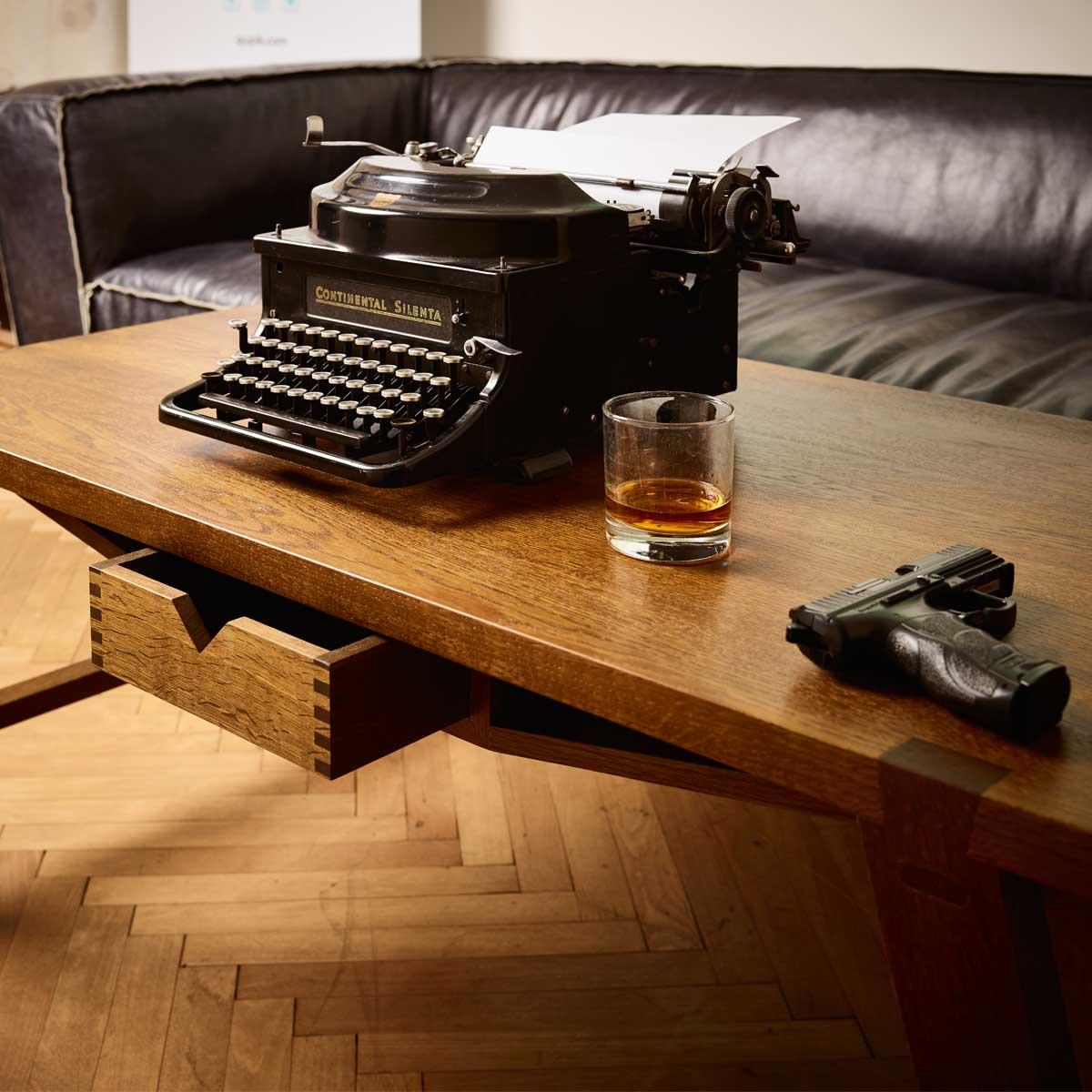 Couchtisch in Eiche massiv geräuchert mit alter Schreibmaschine Whiskey und Pistole
