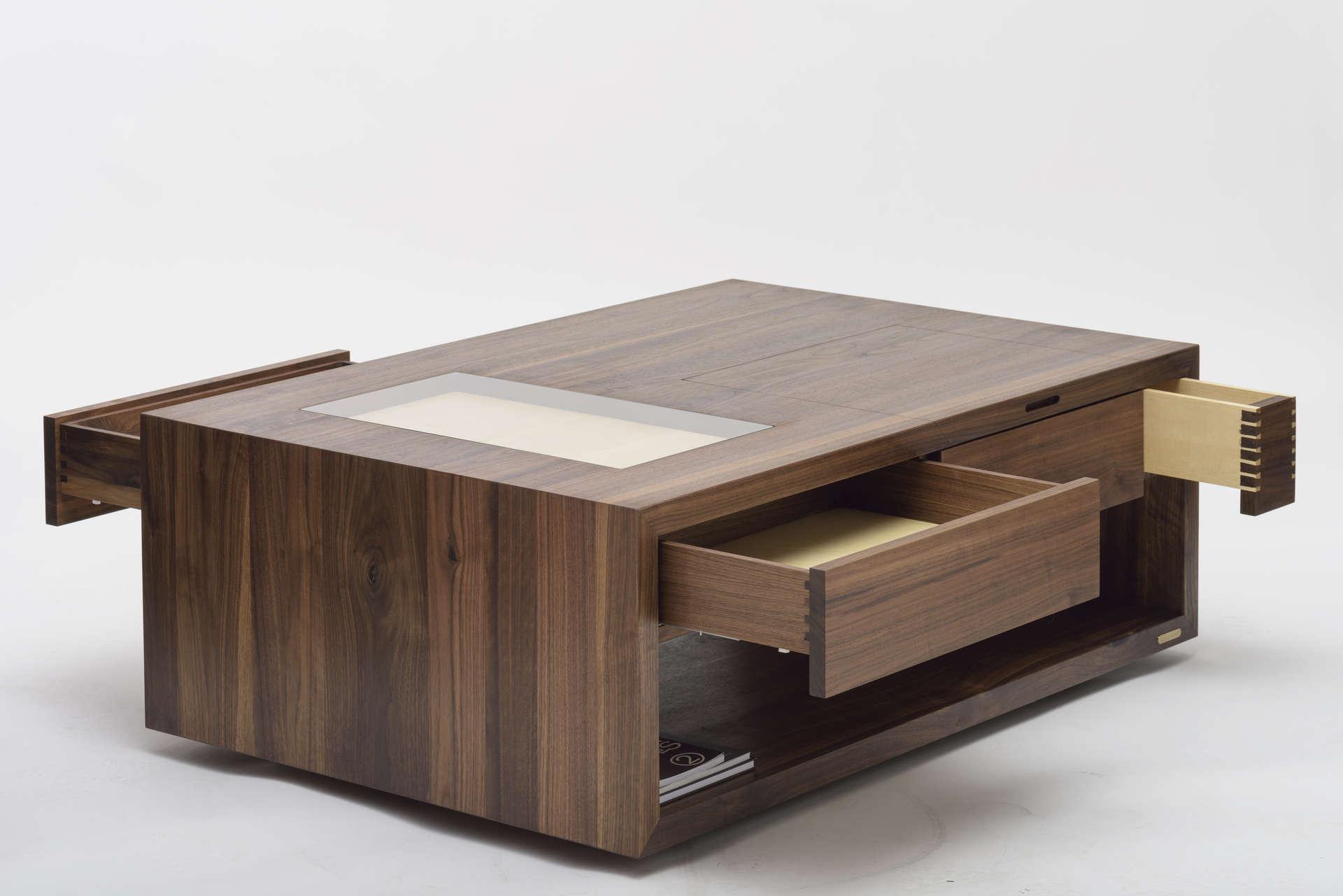 Wohnzimmer Couchtisch aus Nussholz mit Tip-On Massivholzladen.