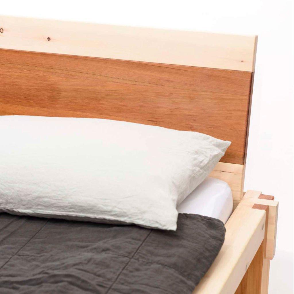 Kombination Zirbenholz und Zedernholz im Betthaupt.
