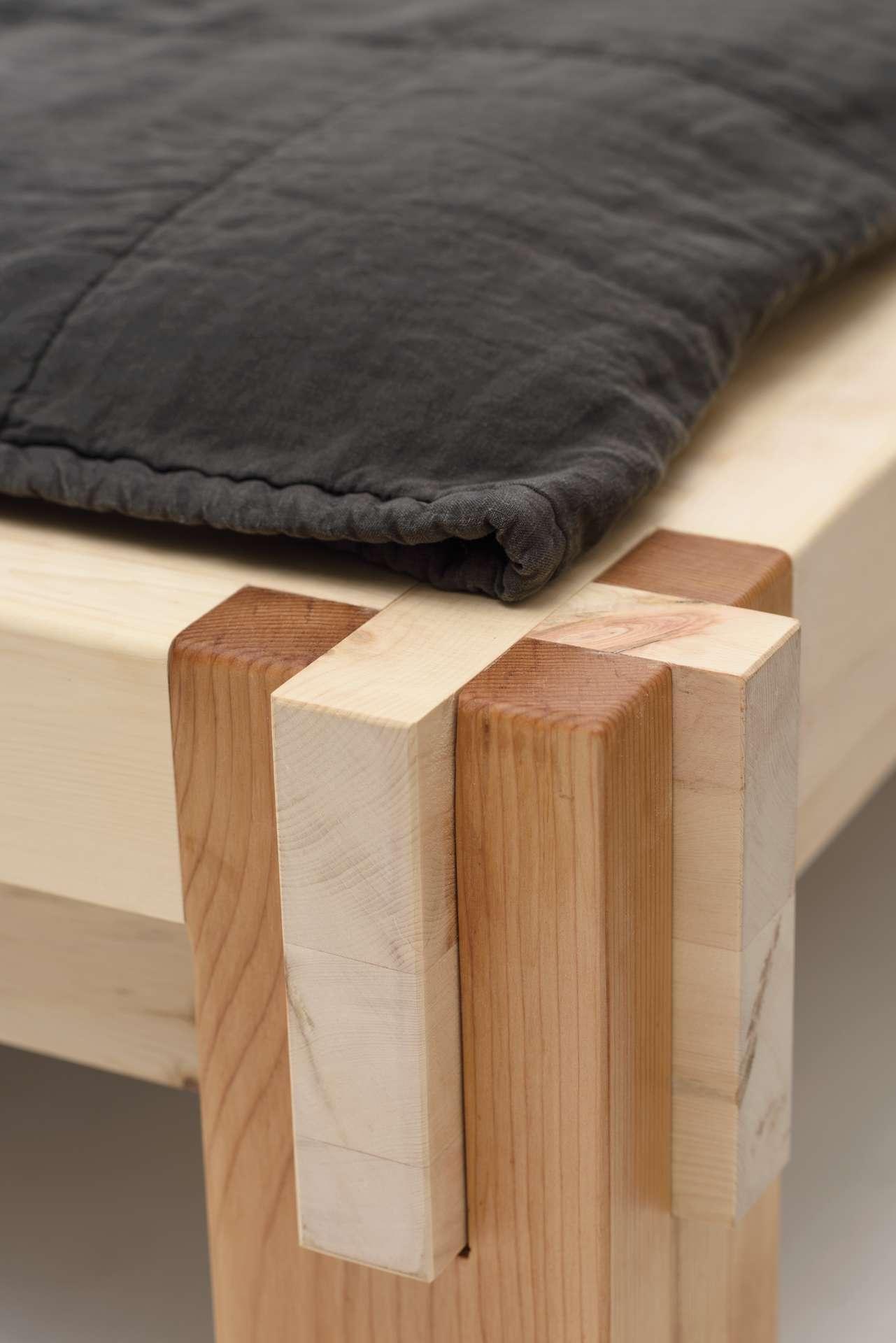 Stecksystem des Doppelbett. Kombination Zirbe Zeder.