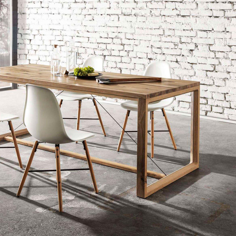 Massivholztisch aus Eiche mit Edelstahlseilen und weißen Designersessel.