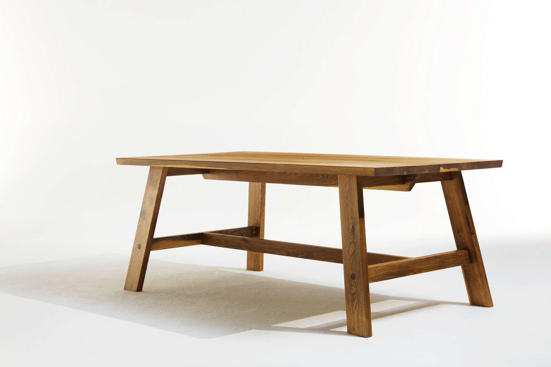 massives Tischgestell eines modernen Bauerntisches.