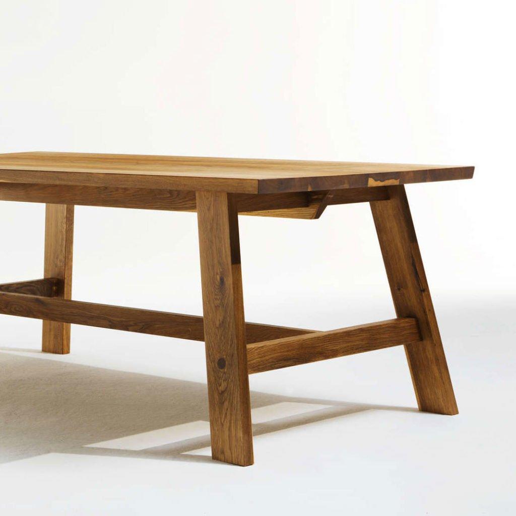 Tischgestell eines Bauerntisches in modernem Design.