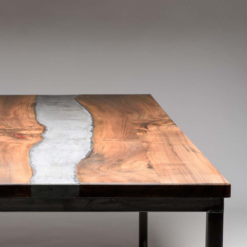 River Table aus Nussholz mit einer Beton und rotem Resin Inlay.