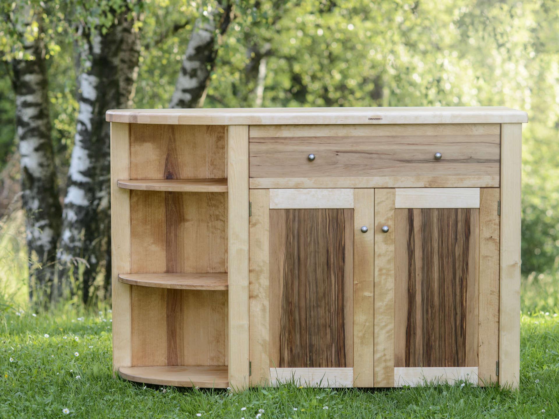 Massivholzkommode aus Birkenholz. Türen mit Füllungen aus Satinnuss. Geölte Oberfläche. Individuell gefertigt.