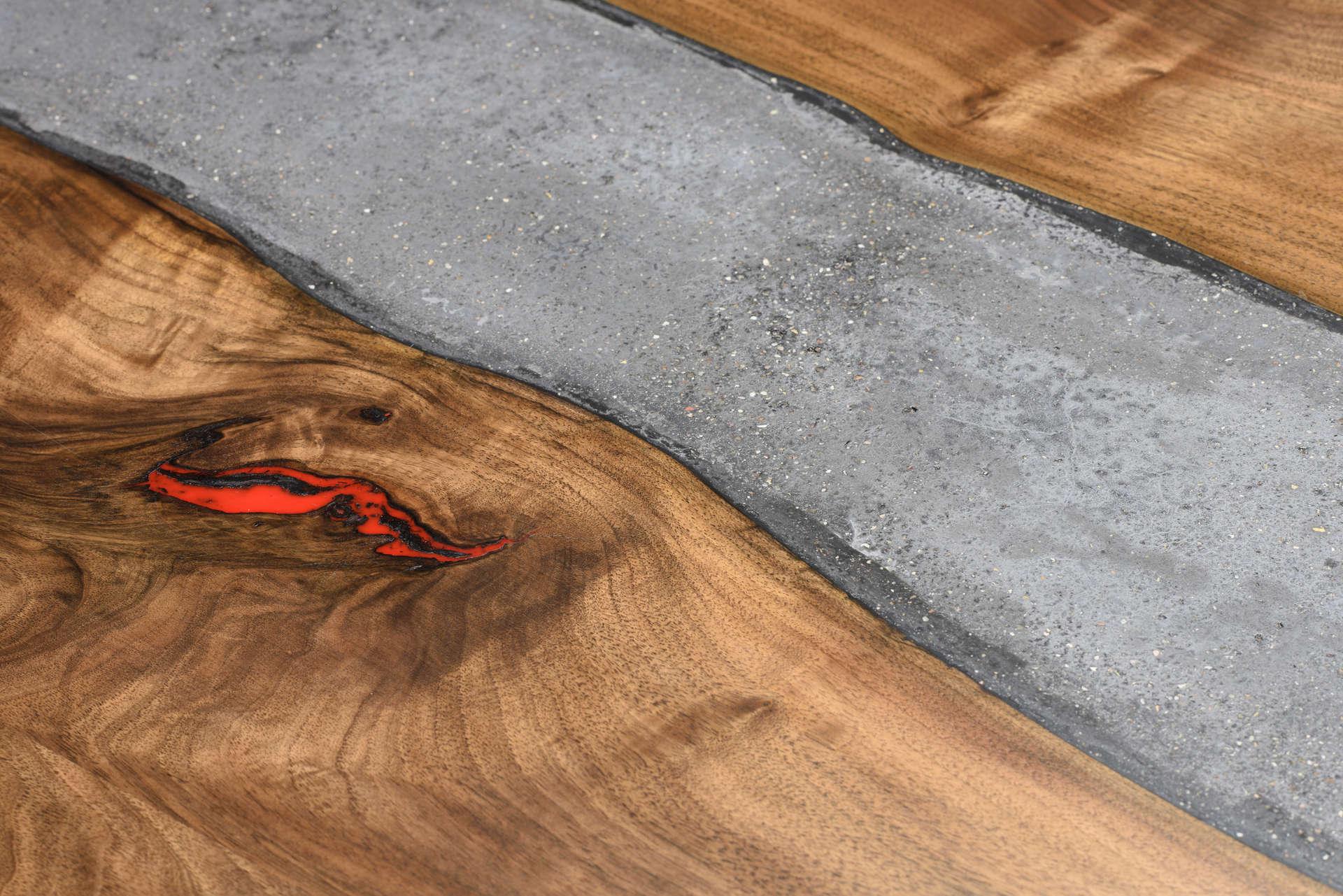 Beton in Nussholz Tischplatte mit rotem Resin Inlay.