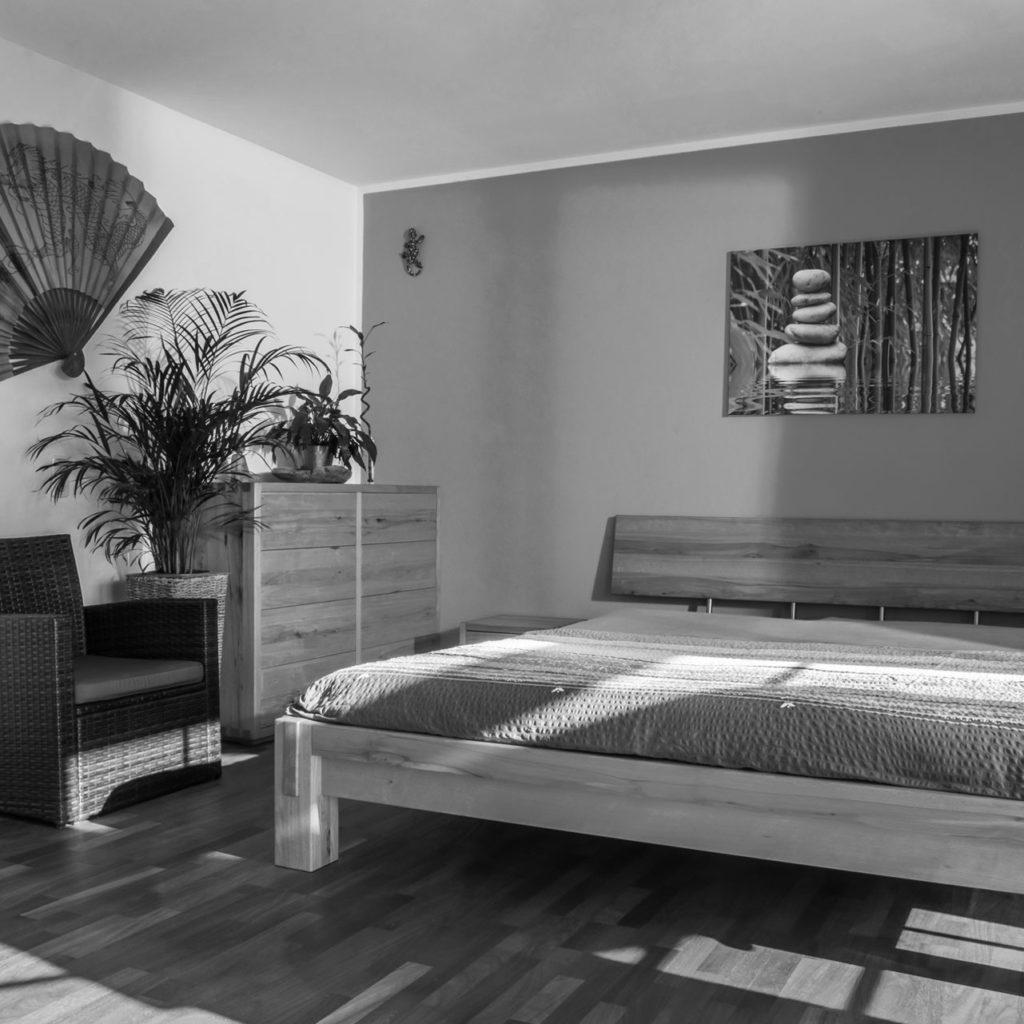 Massivholzbett im japanischen Stil aus Kernbuche.