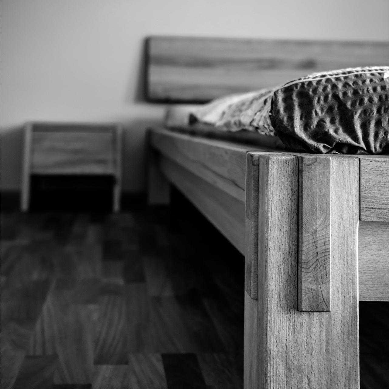 Massivholzbett aus Schlaffzimmer im japanischen Stil.