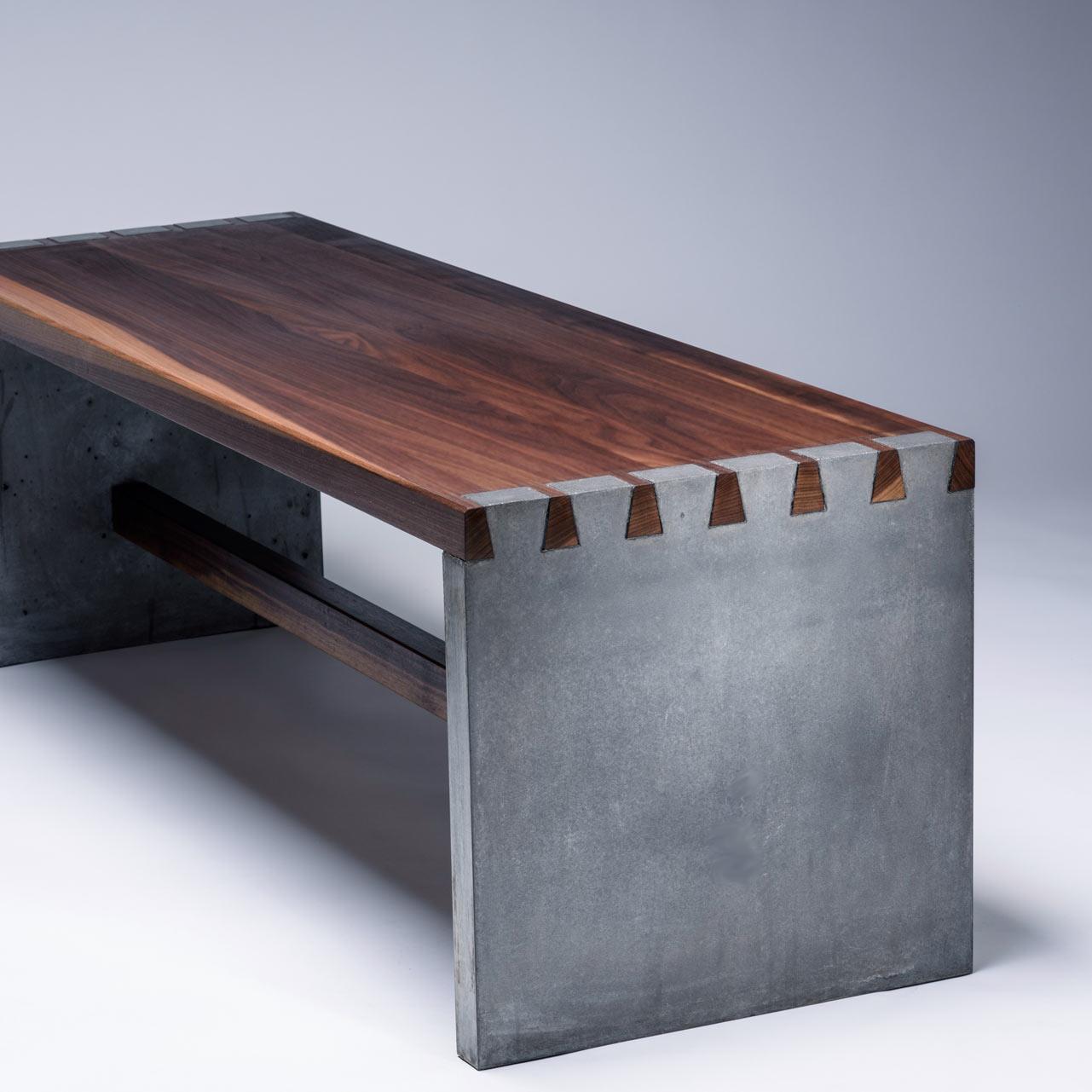 Massivholz Sitzbank mit Betonseitenteilen. Verbindung aus Schwalbenschwanz-Zinken. Kontrast Holz und Beton.