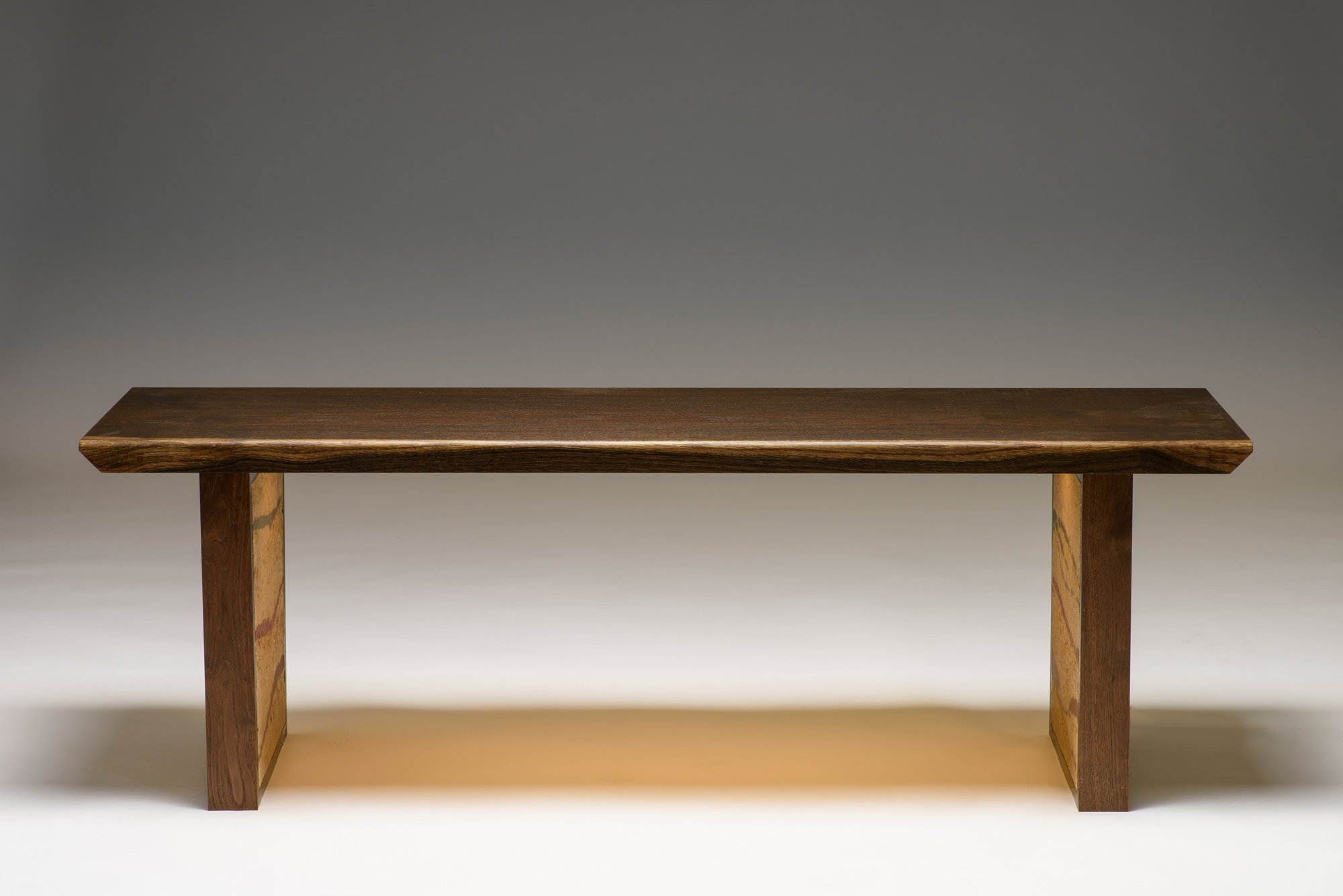 Massivholzsitzbank mit intigrierter LED-Beleuchtung. Wangen aus Lehm.