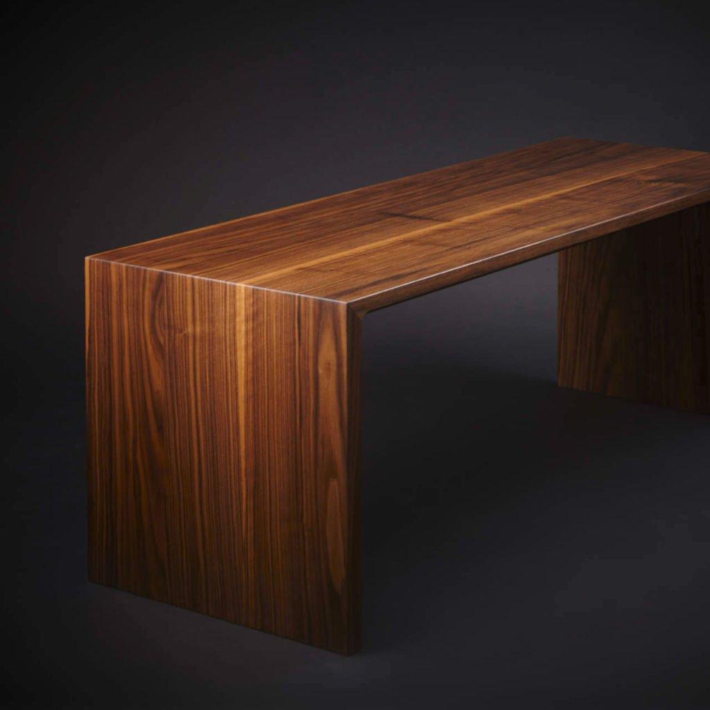 Designer Sitzbank aus massiven Nussholz.