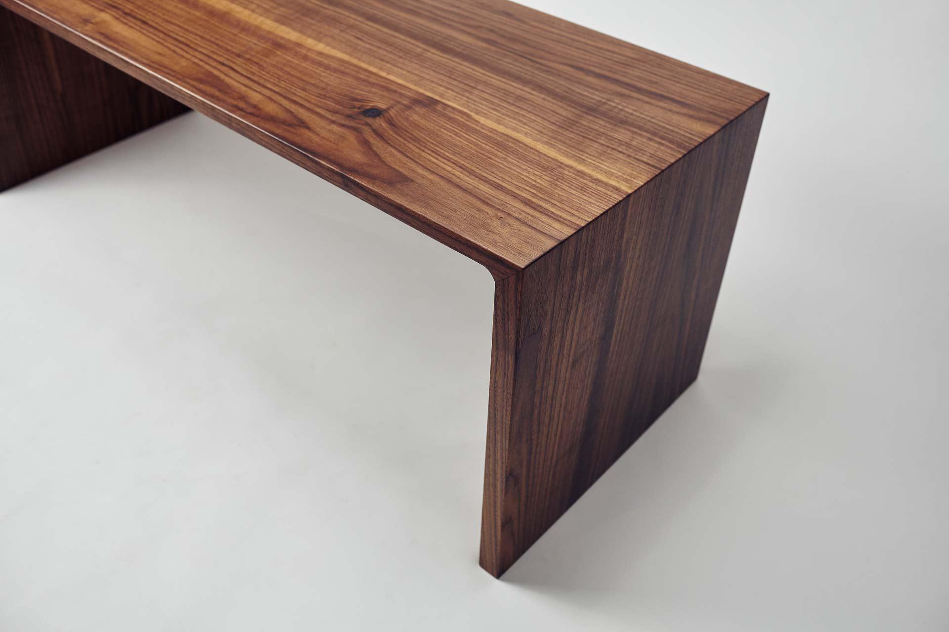 Designer Sitzbank aus massiven Nussholz. Detail der Verbindung auf Gehrung.