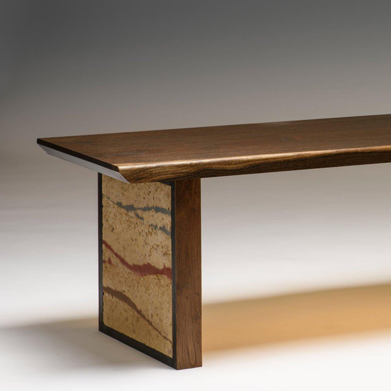 Sitzbank aus geräucherter Eiche. Wangen sind aus Stampflehm. Sitzfläche in elegantem Design.