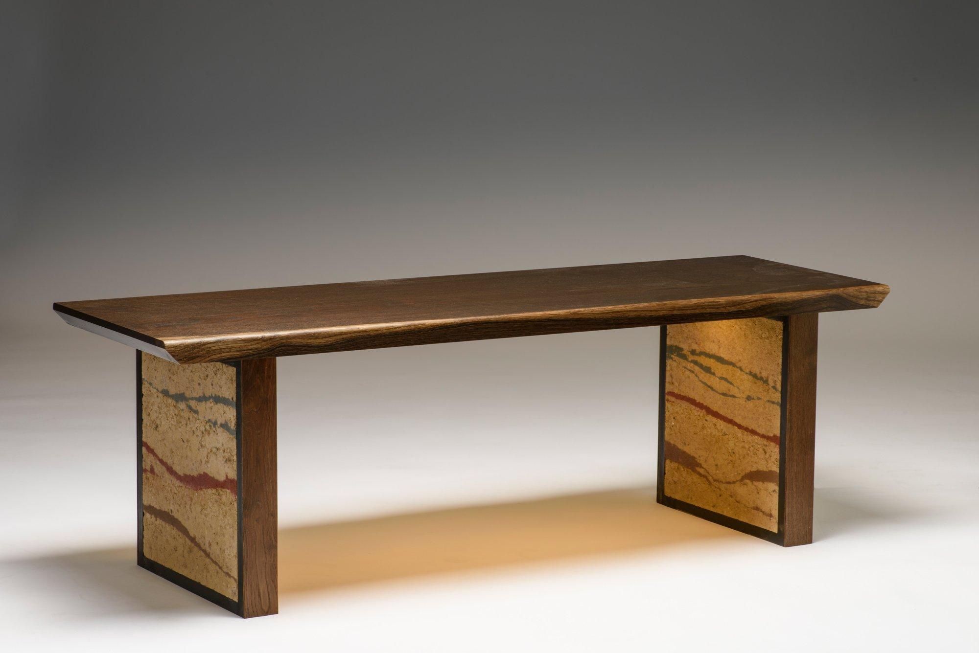 Sitzbank in geräucherter Eiche. Möbelstück mit Teilen aus Lehm.