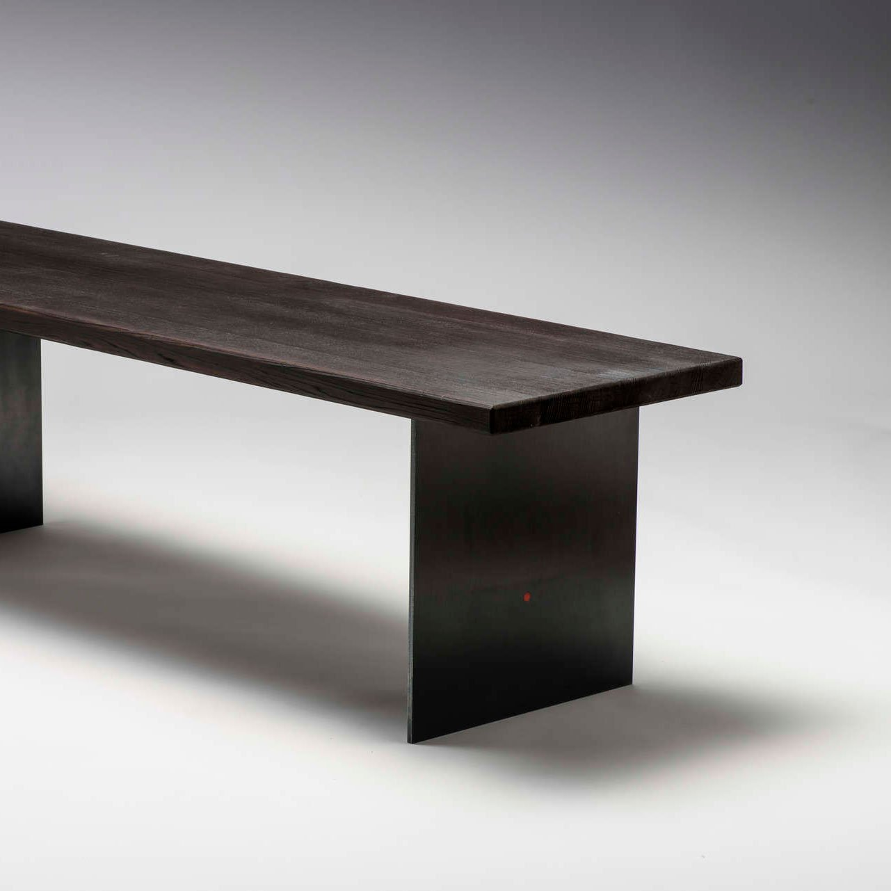 Sitzbank im Yakisugi Stil aus geflämmten Zedernholz und Wangen aus Schwarzstahl.