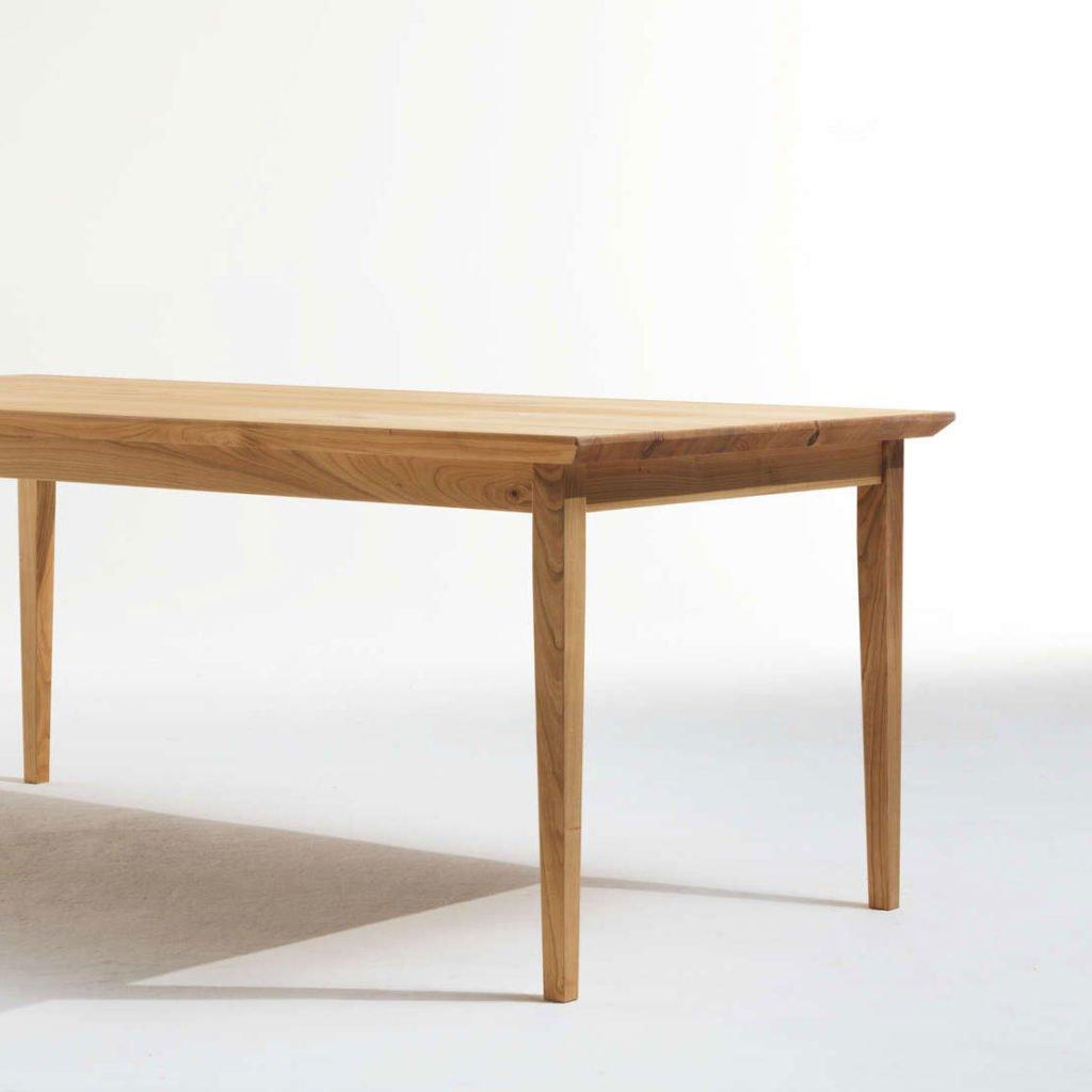 Massivholztisch in individuellem Design.