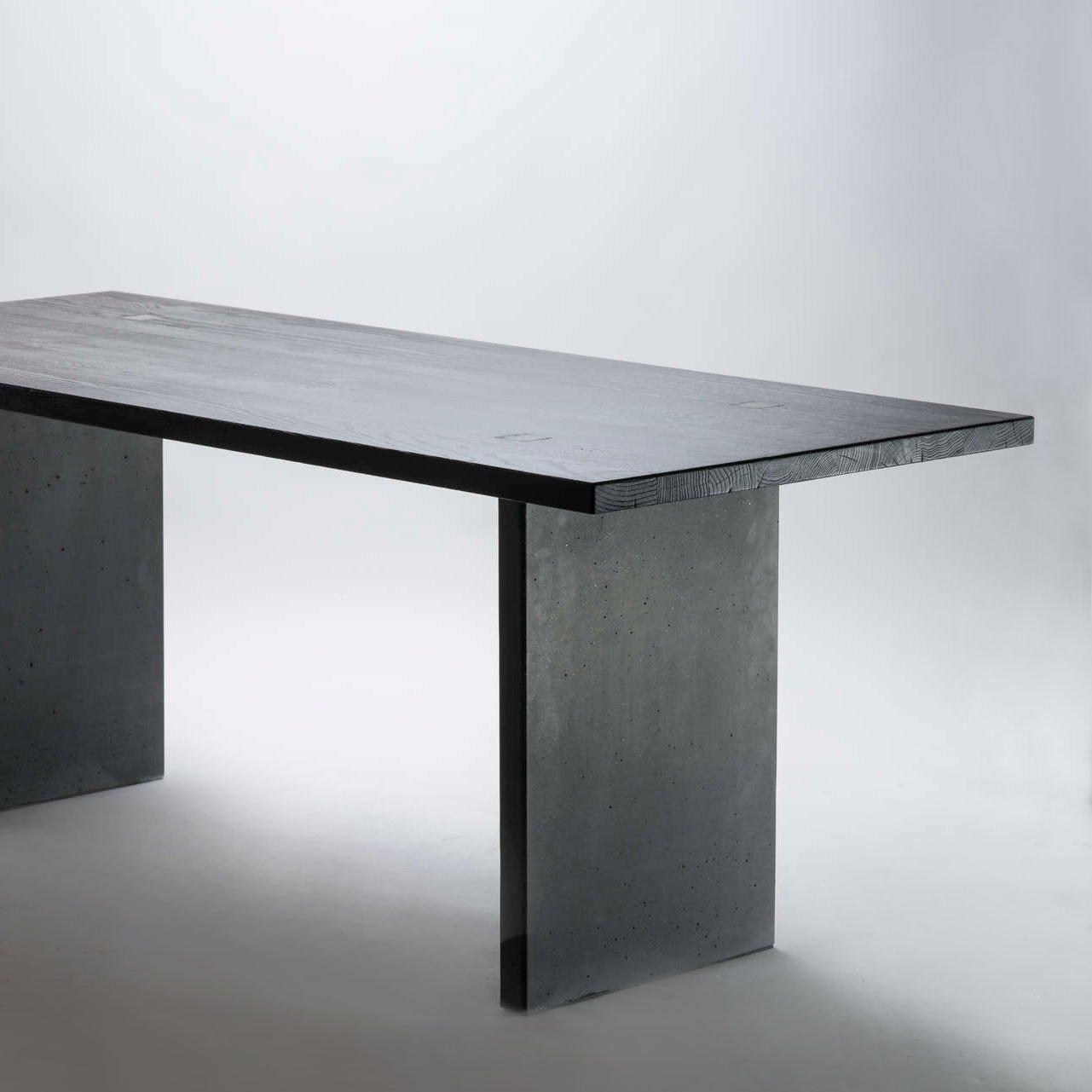 Designertisch in der Kombination Holz und Beton.