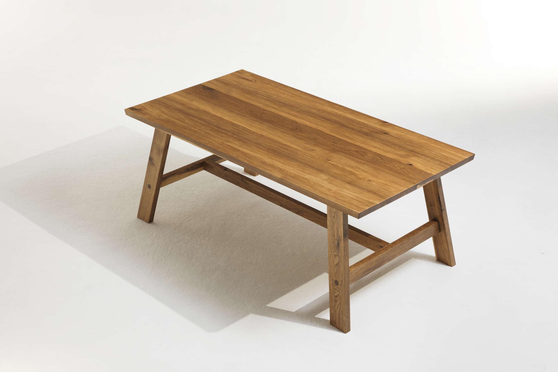 Massivholztisch aus angeräucherter Eiche in traditioneller Handwerkskunst.
