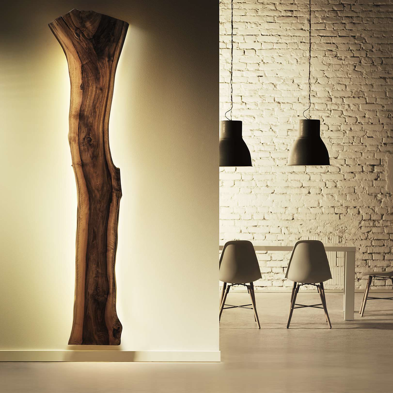 Charaktervolles Wandbild aus Nuss Massivholz mit intigirerter LED-Belauchtung. Kunstobjekt im Wohnzimmer.